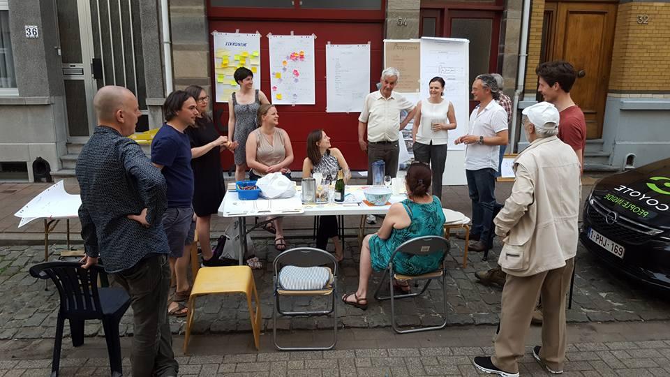 Buren vergaderen op straat