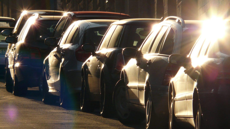 rij geparkeerde wagens