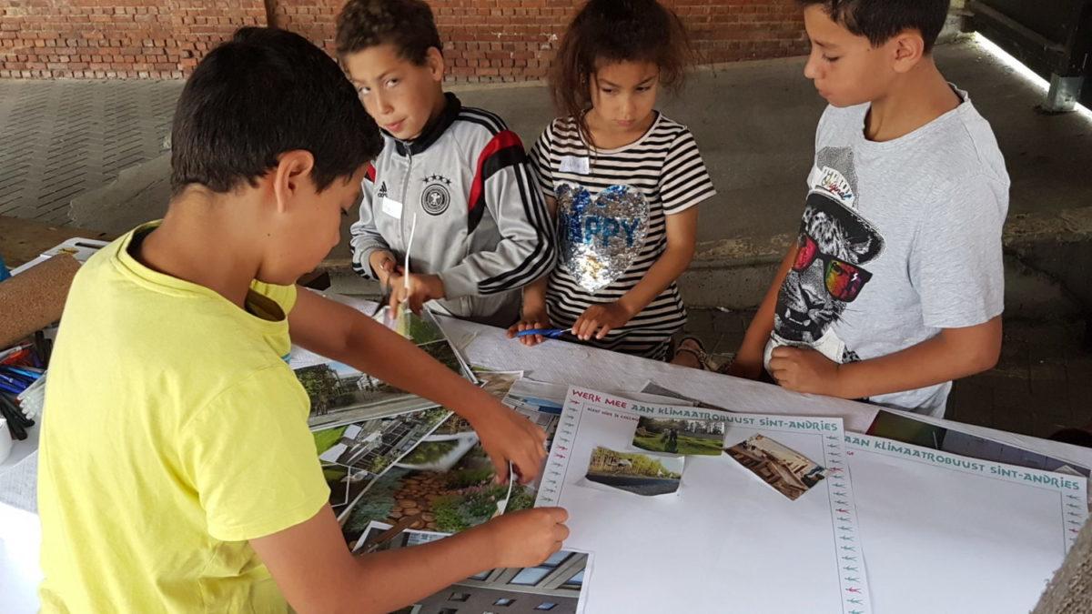 kinderen selecteren foto's rond een tafel
