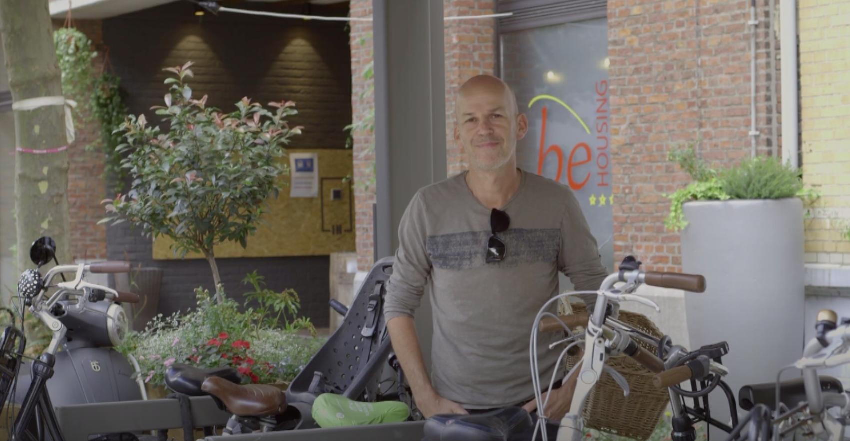 René staat aan de fietsenstalling