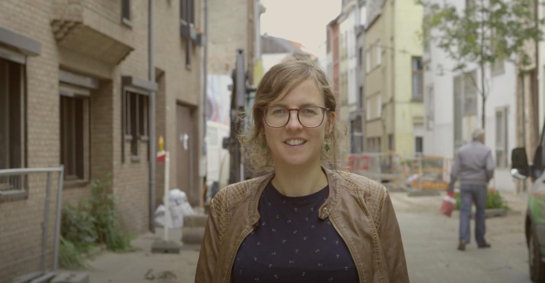 Marianne toont de werken op straat